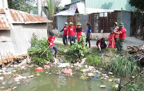 Thu gom rác ở ao hồ
