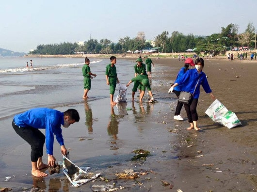 Dân và quân cùng thu gom rác ở bãi biển