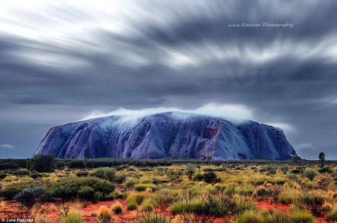 Núi đá Uluru, Australia chuyển màu xanh
