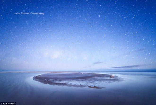 Cảnh đẹp thiên nhiên - Hồ Eyre như lột xác hoàn toàn với bầu trời đầy sao.