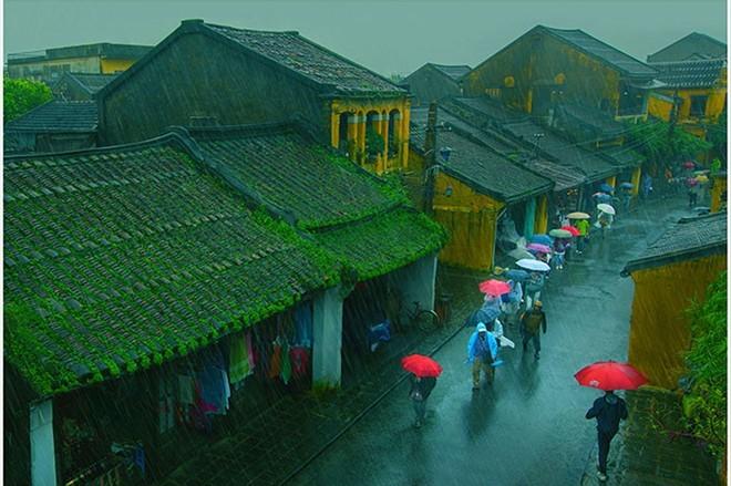Ngắm mưa nơi phố cổ