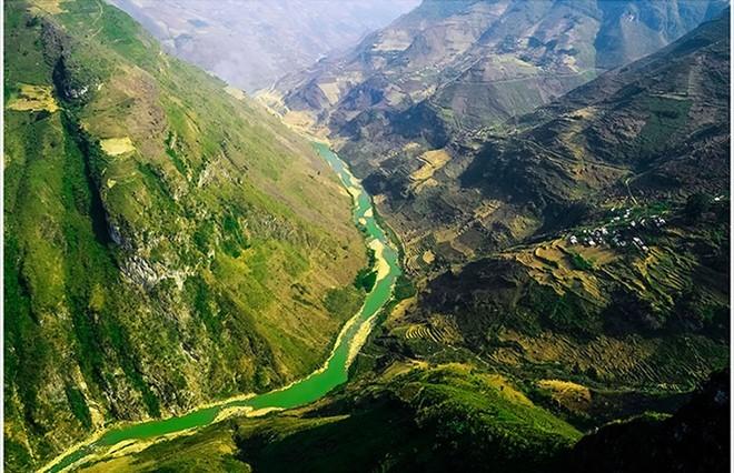 Dòng sông Nho Quế, dưới chân đèo Mã Pí Lèng (tỉnh Hà Giang)