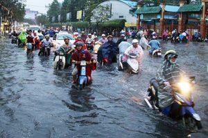 Cách chạy xe máy qua đường ngập nước