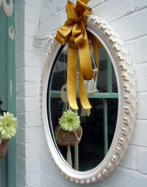 Khung gương được làm từ lốp xe cũ