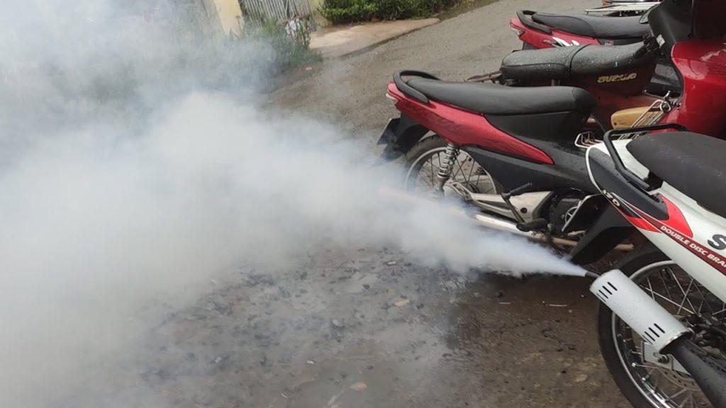 Tránh chọn xe có khói trắng hoặc đen từ pô.